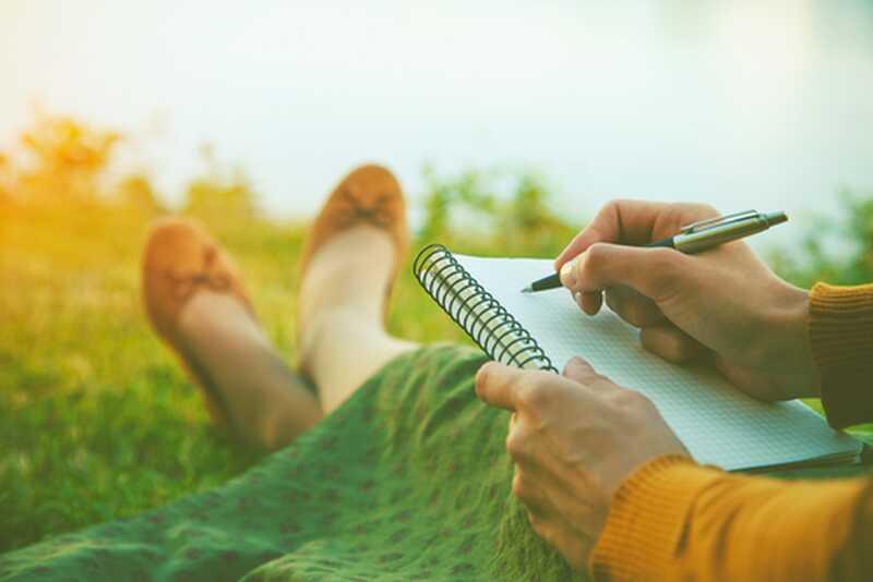 Rescriind povești care ne strânge stresul, ne scufundăm starea de spirit și pur și simplu nu ne sprijinim