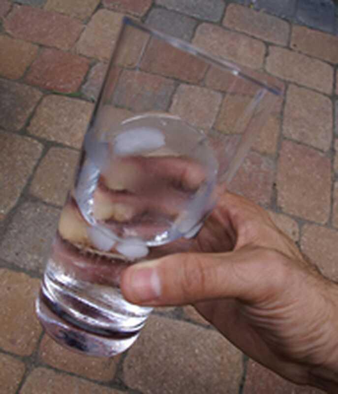 4 τρόποι να ηρεμήσετε χρησιμοποιώντας νερό και πάγο