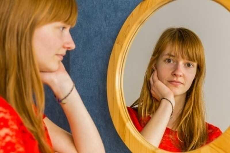 Πώς η αυτοσυγκέντρωση μπορεί να σας βοηθήσει να θεραπεύσετε τον εσωτερικό σας κριτικό